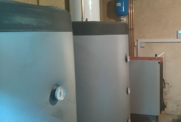 Peć na drva sa dva akumulacijska spremnika i automatskom regulacijom